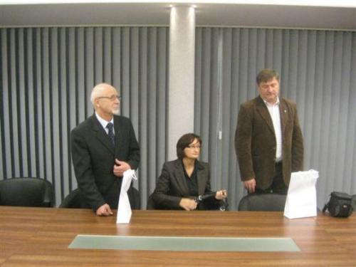 Podpisanie umowy odbyło się w obecności władz gminy Jemielnica; od lewej: Wójt Gminy Jemielnica – Joachim Jelito, Skarbnik Gminy – Jolanta Nikołajczyk oraz Zastępca Wójta oraz Sekretarz Gminy – Piotr Pyka.