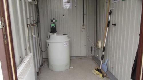 Zdjęcie 6 Chlorownia składa się ze zbiornika podchlorynu sodu oraz pompki dozującej.